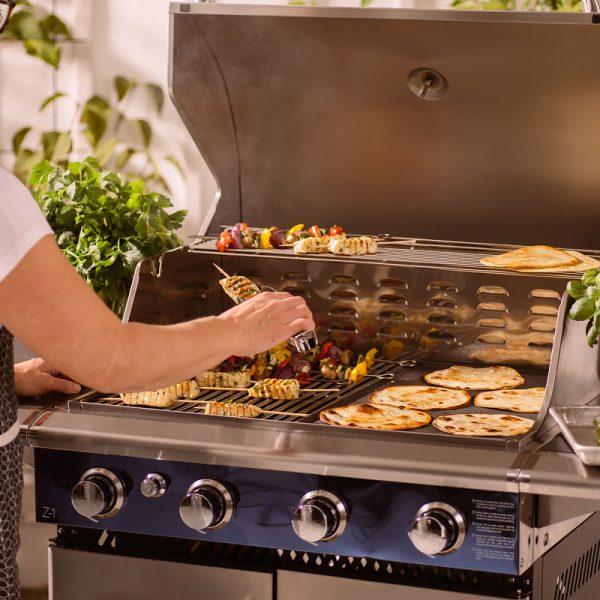 Halloumi- och grönsaksspett och tortillabröd grillas på Bluegaz Z1 Gasolgrill