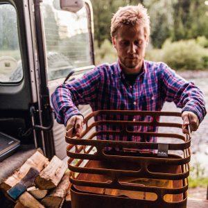 Man lyfter av Höfats Cube Eldkorg & Kolgrill rost från bil