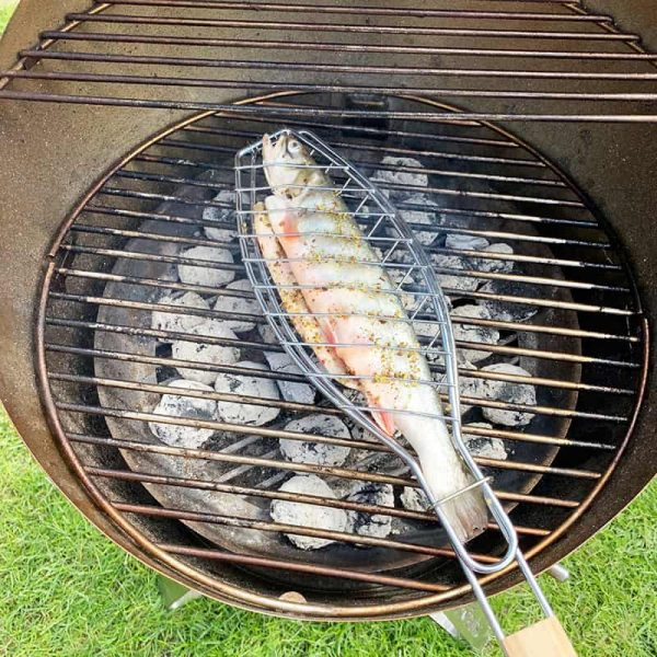 Närbild på Bluegaz fiskhalster med fisk som grillas på Höfats Cone kolgrill