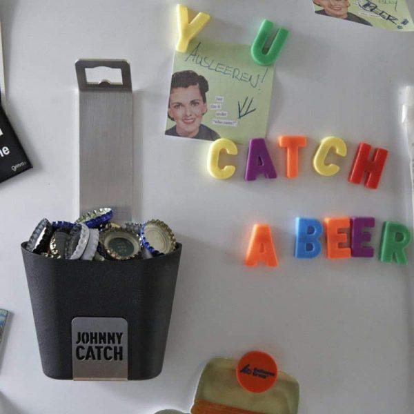 Höfats Johnny Catch Cup Kapsylöppnare sitter på kylskåp