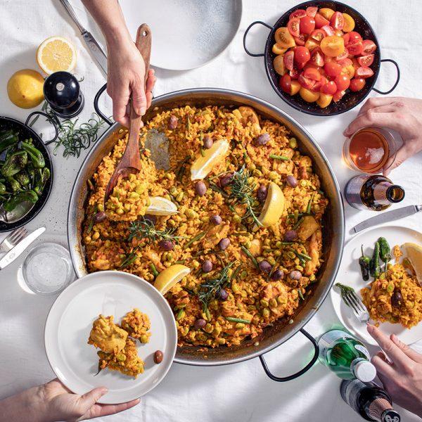 Paella Valenciana serveras i paellapanna polerad 46 cm på matbord