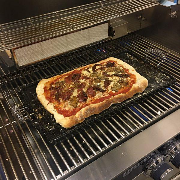 Pizza grillas med Vaello Plancha Emaljerad 47x27 cm