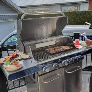 Grillning av bacon och hamburgare med stekplatta på Bluegaz Z5 gasolgrill