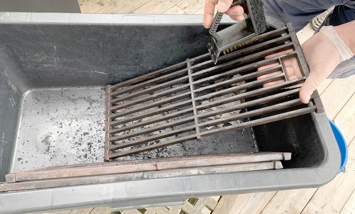Grillgaller rengörs med Bluegaz 3-i-1 grillgallerborste