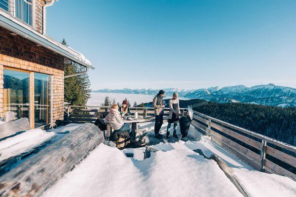 Vänner njuter av vintergrillning på Höfats Cone Kolgrill tillsammans