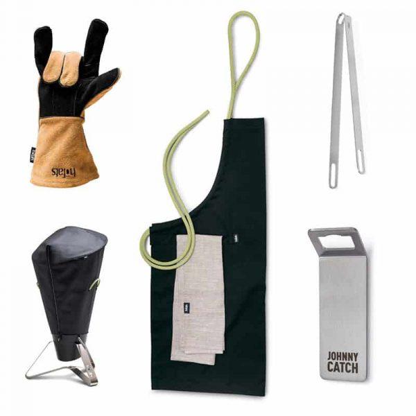 Höfats Cone Tillbehörspaket 1 med grillhandskar, grillöverdrag, förkläde, grilltång och magnet kapsylöppnare.