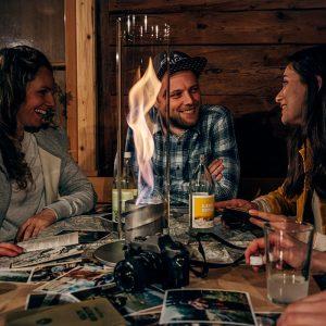Höfats Spin Eldlykta 120 grå på matbord ger extra värme