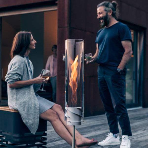 Man och kvinna småpratar på uteplats bredvid SPIN Markstång