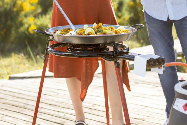 Paellabrännare med mat i står på terrass
