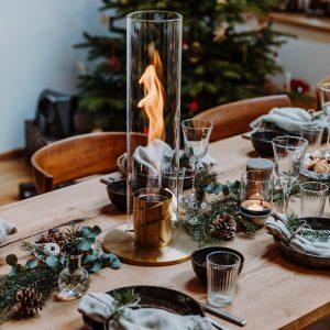 Höfats Spin Eldlykta 120 guld brinner på julbord