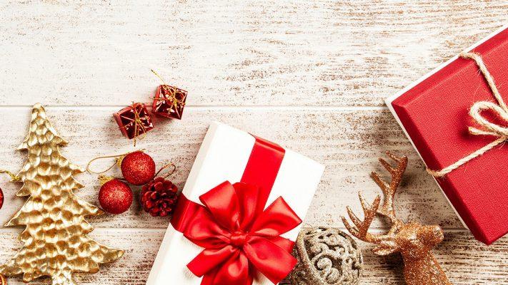 Julklappar och juldetaljer på träbord
