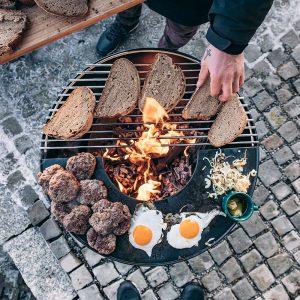 Grillar frukost på Höfats Bowl Eldskål & Kolgrill