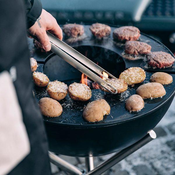 Grillar potatis med ost och burgare på Höfats Bowl Eldskål & Kolgrill