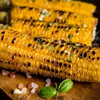 Grillad majs med basilikablad vid sidan