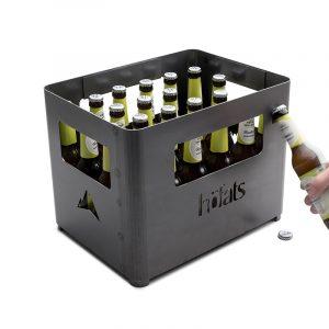Höfats Beer Box fylld med öl mot vit bakgrund och kapsylöppnaren används av en hand som håller en ölflaska