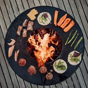 Köttbullar, lax och grönsaker grillas på Höfats Eldskål & Kolgrill med plancha