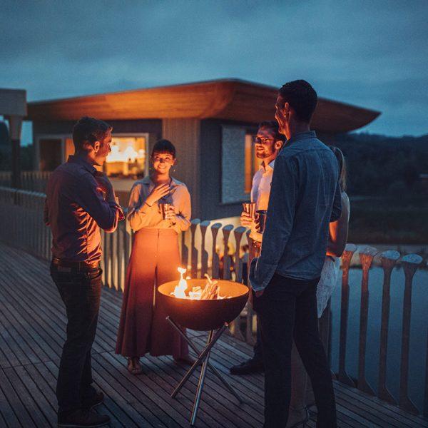 Sällskap värmer sig framför Höfats Bowl Eldskål