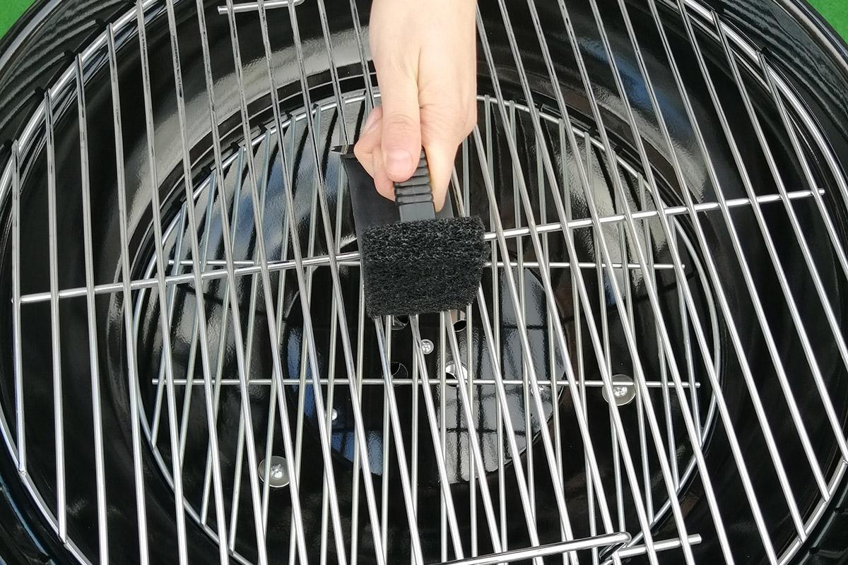 Rengör grillgaller på kolgrill efter grillningen medan den fortfarande är lite varm