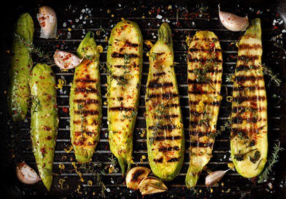 Grillad zucchini med havssalt och vitlök på grillgaller