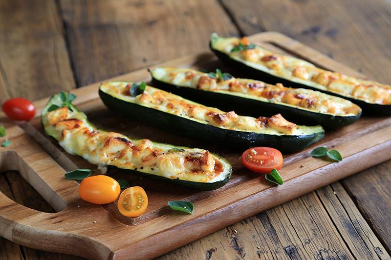 Grillade zucchini-båtar med grönsaker och ost