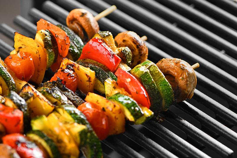 Grillspett med zucchini, paprika och svamp grillas