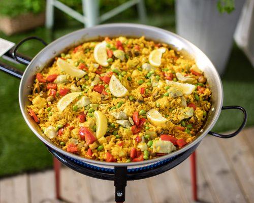 Vegetarisk paella med halloumi, svamp och kronärtskockor tillagas på Bluegaz paellaset