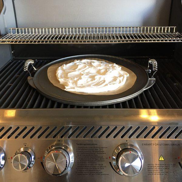 Vaello grillpanna gjutjärn 43 cm med pavlova-smet på gasolgrill