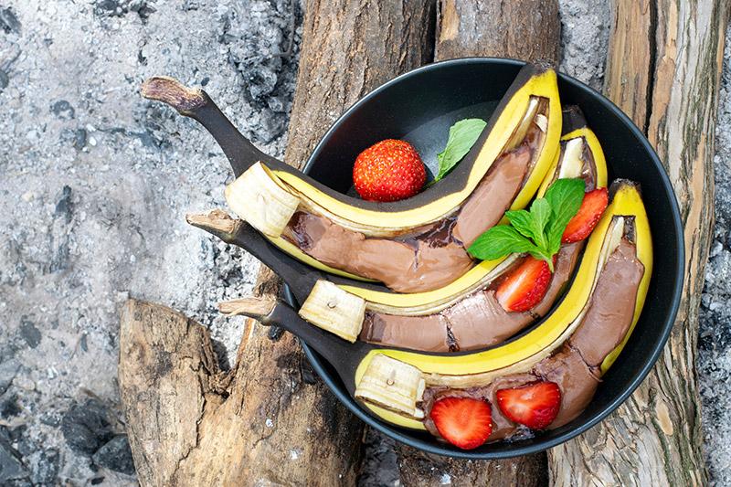 Hela grillade bananer med choklad och jordgubbar