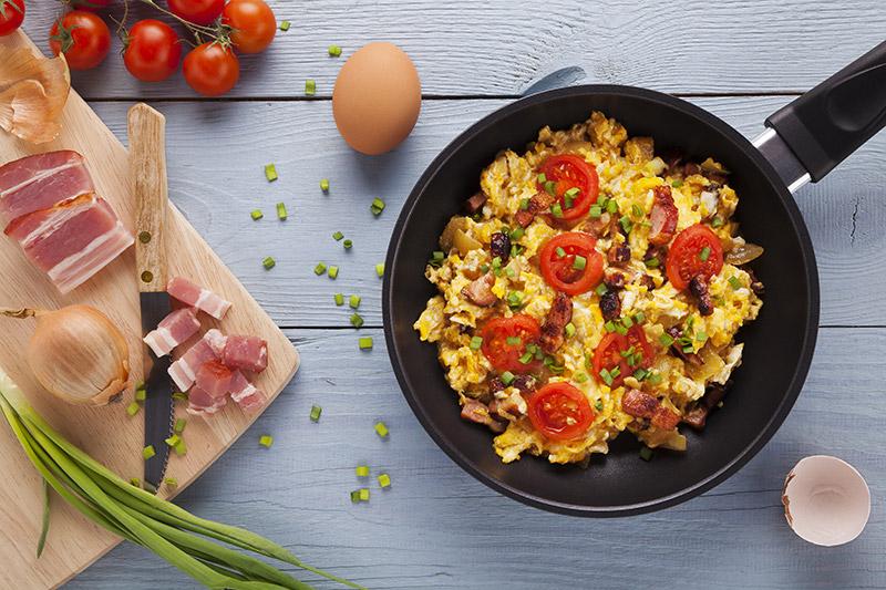 Grillad äggröra med svamp, baconbitar och körsbärstomater