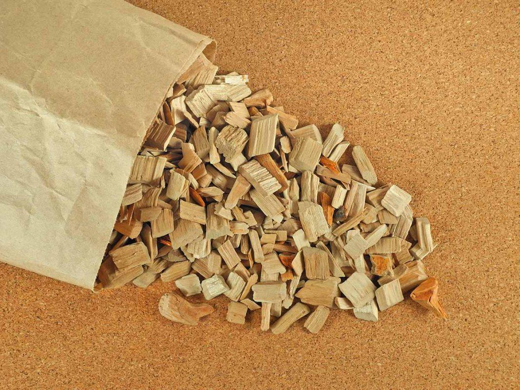 Rökspån i en brun papperspåse som ramlar ut på en yta