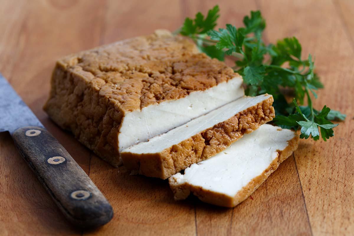 Rökt tofu på skärbräda med persilja