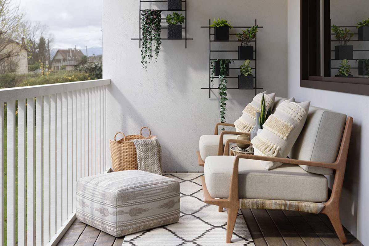 Snyggt inredd balkong med vita möbler med trästomme och krukor med växter på väggarna