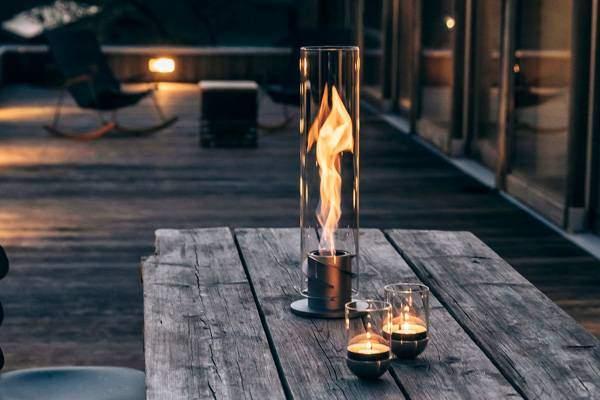 Brinnande Höfats SPIN Eldlykta på bord utomhus