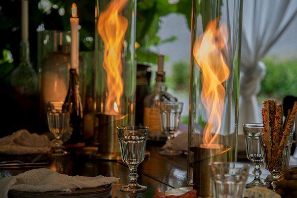 Två SPIN eldlyktor i guld brinner på bordet
